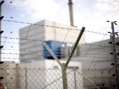 Atomkraftwerk hinter Stacheldrahtzaun. Im Kanzleramt wird über die Verlängerung der Laufzeiten beraten.