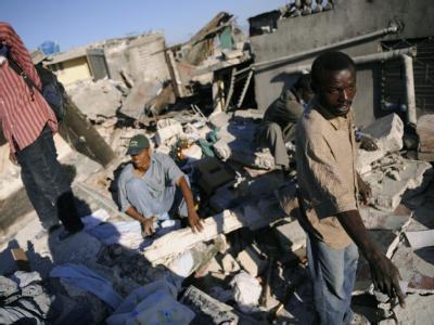 Vier Wochen nach dem Erdbeben in Haiti ist ein Überlebender aus den Trümmern eines eingestürzten Gebäudes geborgen worden (Symbolbild).