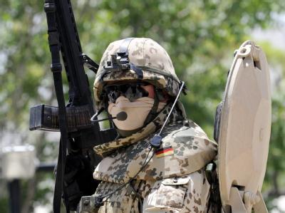 Verteidigungsminister  zu Guttenberg (CSU) will nach dpa-Informationen eine Aufstockung der deutschen Truppen in Afghanistan möglichst um 1500 Soldaten durchsetzen.