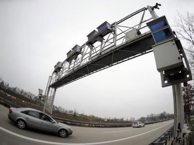 Ein Personenwagen fährt unter einer Maut-Brücke für LKW hindurch. (Symbolbild)