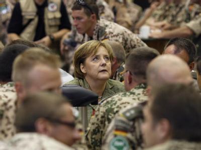 Bundeskanzlerin Angela Merkel (CDU) am 03.11.2007 bei einem Überraschungsbesuch im Camp Marmal in Mazar-i-Sharif (Afghanistan).