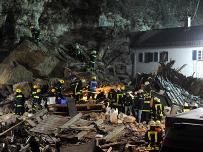 Ein gewaltiger Felssturz hat ein Einfamilienhaus in Bayern unter sich begraben.
