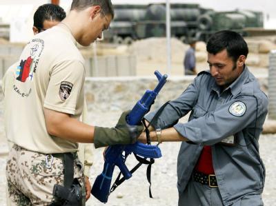 Ein Mitglied der Afghan National Police (ANP) wird in einem Camp in Feisabad von einem Feldjäger der Bundeswehr ausgebildet (Archivfoto vom 29.9.2008).