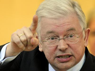 Der hessische Ministerpräsident Roland Koch bleibt bei seiner Forderung Geld bei der Kinderbetreuung und bei der Bildung einzusparen.