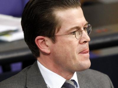 Bundesverteidigungsminister Karl-Theodor zu Guttenberg (CSU) verfolgt im Deutschen Bundestag in Berlin die Afghanistan-Debatte.