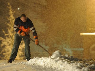 Der FDP-Vorsitzende Westerwelle hat gefordert, Hartz-IV-Empfänger für gemeinnützige Arbeiten wie Schneeschippen heranzuziehen.