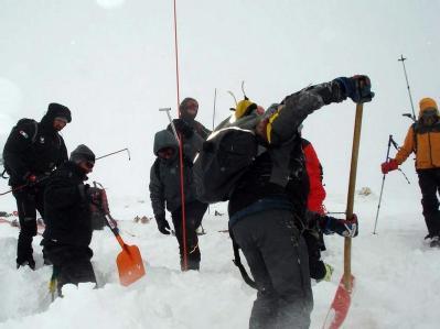 Ein Rettungsteam sucht nach zwei Verschütteten in den Abruzzen (Archivbild vom 31.01.2010).