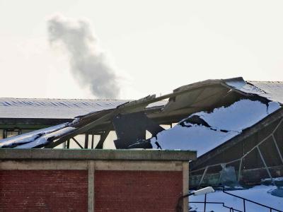 Unter der Schneelast zusammengebrochen ist das Dach einer Halle des Kupferproduzenten Aurubis in Hamburg.