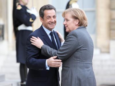 Der französische Präsiden Nicolas Sarkozy begrüßt die deutsche Bundeskanzlerin Angela Merkel.