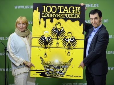 Die Grünen-Bundesvorsitzenden Claudia Roth und Cem Özdemir sehen die ersten 100 Tage der amtierenden Koalition als verlorene Zeit für Deutschland an.