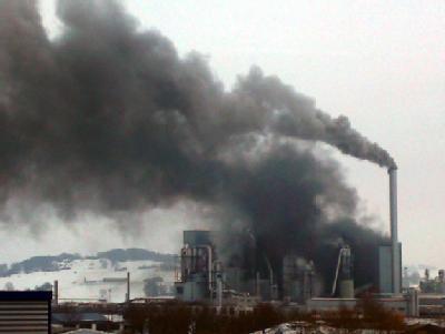Nach einer Explosion steht Rauch über der Spanplattenfabrik in Brilon.