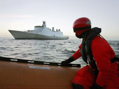 Eine Soldat der dänischen Marine vor der Küste Somalias: Dänische Spezialeinheiten haben ein Handelsschiff geentert, von dem ein Notruf abgesetzt worden war. (Archivbild)
