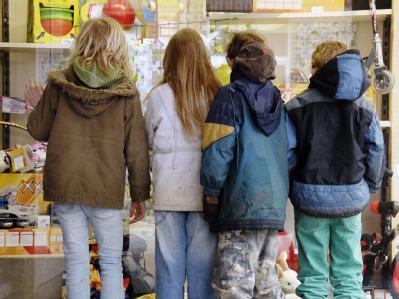 Kinder schauen Spielzeug im Schaufenster an