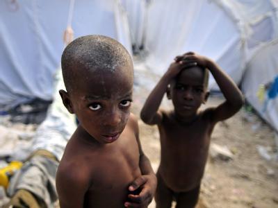 Überlebt: Zwei Kinder in einem Flüchtlingslager in Port-au-Prince.