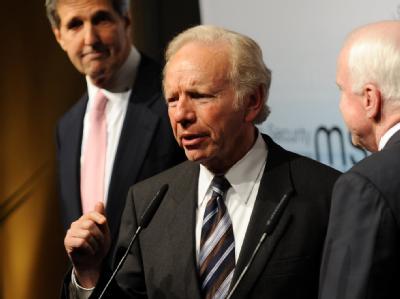 US-Senator Joseph Lieberman (M.) spricht bei der 46. Sicherheitskonferenz in München.