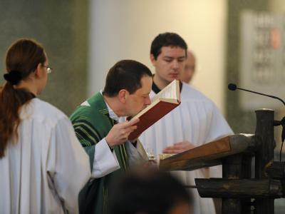 Hochamt in der Sankt-Hedwigs-Kathedrale in Berlin: Viele Geistliche gedachten am Sonntag der Missbrauchsfälle am Berliner Canisius-Kolleg.