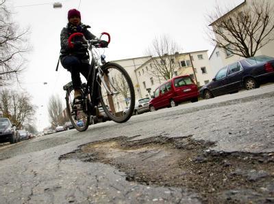 Schlaglöcher: Den Kommunen fehlt das Geld für einfache Reparaturen (Archiv).