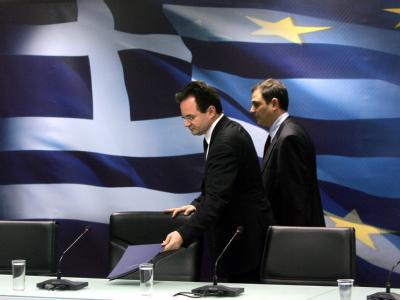 Der griechische Finanzminister George Papakonstantinou (l.) bei  der Verkündung des radikalen Sparprogramms.