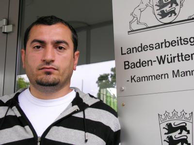 Mehmet Güler vor dem Gericht in Mannheim: Der Rechtsstreit um den Müllmann, dem wegen des angeblichen Diebstahls eines ausrangierten Kinderbettchens gekündigt wurde, geht in die zweite Runde. (Archivbild)