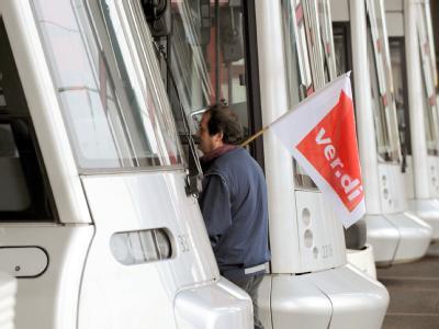 Ein Verdi-Mitglied geht am 4. Februar bei einem Warnstreik durch die Straßenbahnhalle der Rheinbahn in Düsseldorf.