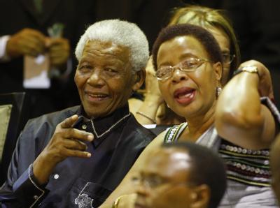 Nelson Mandela und seine Frau Graca Machel sind ins Parlament nach Kapstadt gekommen.