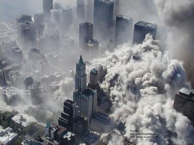 Momente des Schreckens: Einer der Türme des World Trade Centers stürzt in sich zusammen. Foto: New York City Police/ABC News (www.abcnews.go.com)