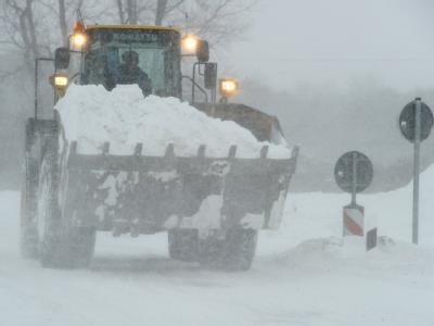 Ein Radlader versucht die Bundesstraße B 96 zur Ostseeinsel Rügen vom Schnee zu beräumen.