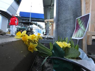 Jemand hat Blumen an der Stelle niedergelegt, an der Nodar Kumaritaschwili gestorben ist.