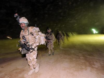 Großoffensive gegen Taliban: Britische Einheiten auf dem Weg zu einem Helikopter.