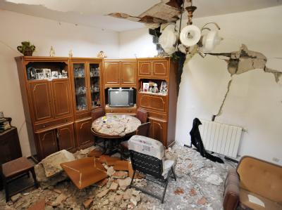 Blick in ein durch einen Erdrutsch zerstörtes Haus in San Fratello auf Sizilien.