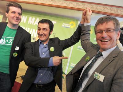 Beim Politischen Aschermittwoch der Grünen in Landshut posieren Cem Özdemir (M.), der Landesvorsitzende Dieter Janecek (l.) und der Landshuter OB-Kandidat Thomas Keyßner.