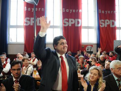 Hoffnungsträger: SPD-Chef Sigmar Gabriel winkt beim Politischen Aschermittwoch in die Menge.
