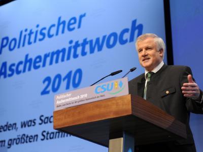 Bayerns Ministerpräsident Horst Seehofer spricht beim Politischen Aschermittwoch der CSU in der Dreiländerhalle in Passau (Niederbayern).