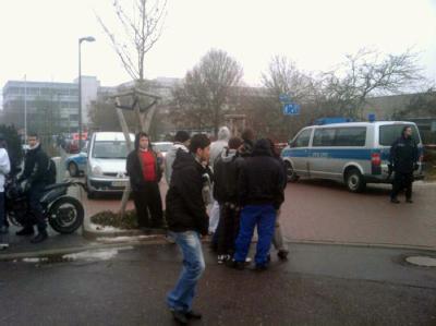 Schüler und Polizei auf dem Hof einer Berufsschule in Ludwigshafen.