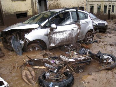 Zerstörte Fahrzeuge in den Straßen von Funchal.