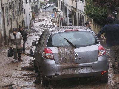 Die Straßen der Hauptstadt Funchal sind mit Schlamm bedeckt.