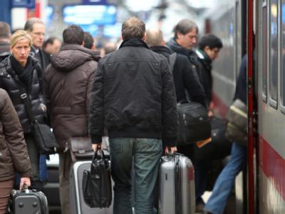 Bahnreisende drängen sich in Köln auf dem Bahnsteig des Hauptbahnhofs.
