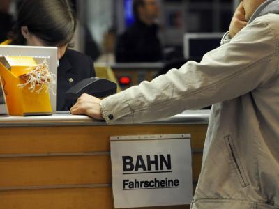 Am Lufthansa-Schalter am Flughafen Stuttgart hängt ein Blatt Papier mit der Aufschrift
