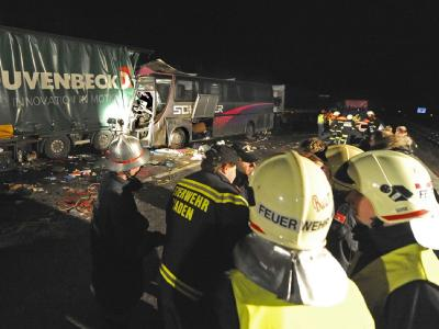 Rettungseinheiten während der Bergungsarbeiten an der Unglücksstelle.