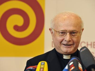 Der Vorsitzende der Deutschen Bischofskonferenz, Erzbischof Robert Zollitsch, spricht in Freiburg bei einer Pressekonferenz.