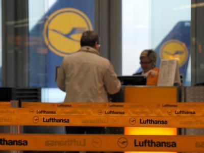 Nur wenige Passagiere der Lufthansa probieren in Düsseldorf einzuchecken.