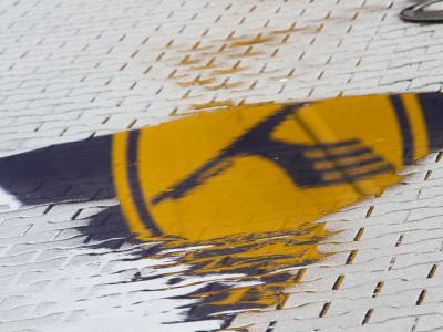 Das Logo der Lufthansa spiegelt sich am Montag am Eingang zur Lufthansa-Basis auf dem Flughafen in Frankfurt am Main in einer Pfütze.