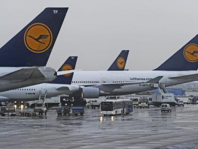 Stillstand: An den Gates am Flughafen in Frankfurt am Main stehen Passagiermaschinen der Lufthansa.