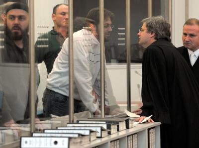 Der Angeklagte Fritz Gelowicz (M) unterhält sich in Düsseldorf mit seinen Anwälten Hannes Linke (r) und Dirk Uden (2.v.r)