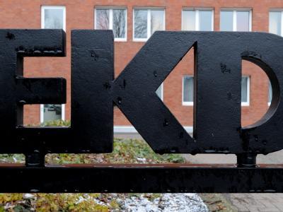 Das Logo der Evangelischen Kirche in Deutschland (EKD), aufgenommen vor dem Kirchenamt der EKD in Hannover.
