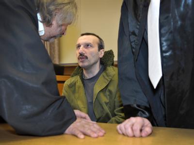 Der Angeklagte Mehmet Ö. spricht vor Prozessbeginn im Landgericht Schweinfurt mit seinem Strafverteidiger.