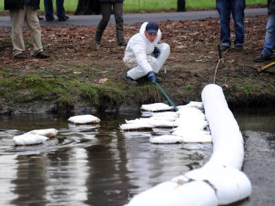 Die schwimmenden Barrieren, die eine Ölpest an Italiens längstem Fluss, dem Po, verhindern sollen, sind unzureichend.