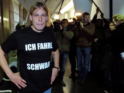 Silvio B. zeigt  sein T-Shirt mit dem Aufdruck