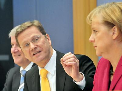 Der CSU-Vorsitzende Horst Seehofer (l-r), der FDP-Vorsitzende Guido Westerwelle (l) und Bundeskanzlerin Angela Merkel (CDU) am 24.10.2009 bei einer Pressekonferenz.