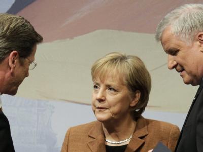 FDP-Chef Guido Westerwelle, Bundeskanzlerin Angela Merkel (CDU) und CSU-Chef Horst Seehofer (Archivbild)